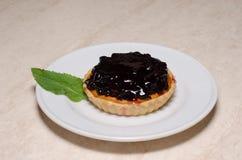 El tartlet o la torta fresco de la baya llenó de natillas Foto de archivo libre de regalías