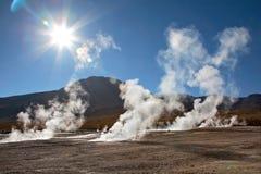 EL Tatio de gisement de geyser dans l'éclairage arrière, Chili Images stock