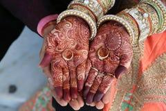 El tatuaje de la alheña en mujeres da también los anillos a mano Foto de archivo