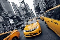 El taxi amarillo ajusta a veces Foto de archivo