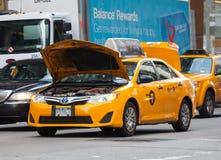 El taxi amarillo paró en el tráfico debido al motor quebrado Foto de archivo libre de regalías