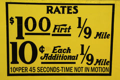 El taxi de New York City valora la etiqueta. Esta tarifa era en efecto a partir de abril de 1980 hasta julio de 1984. Imagen de archivo libre de regalías
