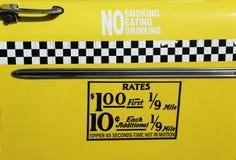 El taxi de New York City valora la etiqueta. Esta tarifa era en efecto a partir de abril de 1980 hasta julio de 1984. Foto de archivo