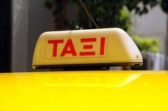 El taxi firma adentro el lenguaje griego Foto de archivo