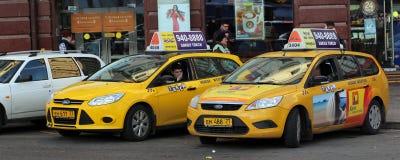 El taxi permanecía el café cercano Foto de archivo libre de regalías