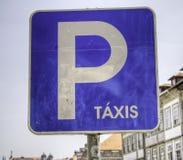 El taxi portugués firma adentro el azul Imágenes de archivo libres de regalías