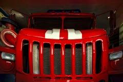 El taxi rojo grande del vehículo de rescate 911 con las rayas blancas en la capilla sin un conductor Foto de archivo libre de regalías