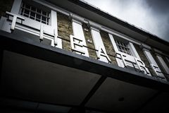 El teatro firma encima la entrada principal en el lugar local del teatro Fotos de archivo libres de regalías