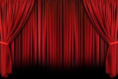 El teatro rojo cubre con la luz y las sombras dramáticas imagen de archivo libre de regalías