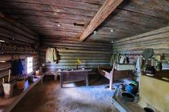 El techo agazapado en una casa rural con muebles y cerámica de madera fotos de archivo