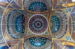 El techo de la gran mezquita de Muhammad Ali Pasha adornó con los estampados de flores de oro y azules, ciudadela de El Cairo en  imágenes de archivo libres de regalías