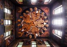 El techo de la iglesia ortodoxa Iconos y frescos en los santos Lámpara adornada bajo techo Fotografía de archivo libre de regalías