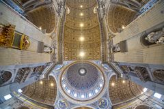 El techo del santo Peter Basilica en el Vaticano, Roma, granangular Fotos de archivo