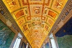 El techo en la galería geográfica de los museos del Vaticano Foto de archivo libre de regalías