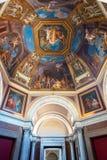 El techo en una de las galerías de los museos del Vaticano Foto de archivo libre de regalías