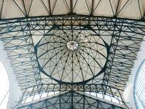 El techo y la bóveda en el mercado interior El edificio fue construido en 1916 Ciudad Saratov, Rusia fotos de archivo