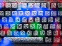 El teclado cubierto con nieve con la Feliz Año Nuevo 2018 del título se encendió por las luces coloridas Foto de archivo