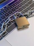 El teclado de ordenador se cerró con el candado y la cadena - seguridad libre illustration