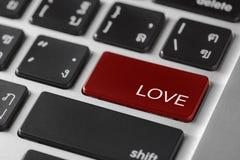 El teclado del cuaderno del ordenador seleccionó el foco en rojo entra en el botón w Fotografía de archivo libre de regalías