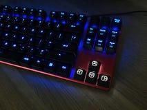 El teclado del juego brilla con llaves multicoloras para ayudar jugadores fotos de archivo