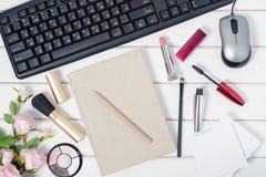 El teclado del ratón de los cosméticos de la pluma de la libreta del ordenador florece Foto de archivo libre de regalías