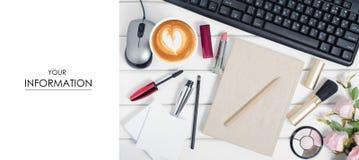 El teclado del ratón de los cosméticos de la pluma de la libreta del ordenador florece la taza de modelo del café Foto de archivo libre de regalías