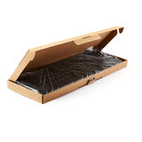 El teclado embaló en la caja de cartón aislada sobre el fondo blanco imagen de archivo libre de regalías