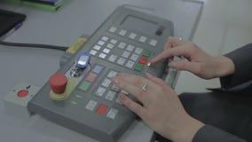 El teclado en el cuarto del control de seguridad en el aeropuerto almacen de metraje de vídeo