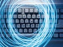 El teclado se encendió por la luz azul con los anillos de la luz pintados por la luz con la Feliz Año Nuevo 2018 de la inscripció Fotos de archivo libres de regalías