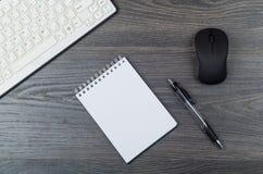 El teclado un ratón y accesorios de la oficina Foto de archivo
