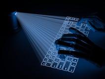 El teclado virtual conceptual proyectó sobre las manos de la superficie y del robot Imagen de archivo