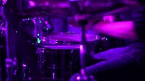 El teclear en luces coloreadas Concierto del metal Colorfull almacen de video