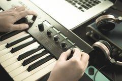 El teclista de la música está ajustando el sintetizador de los sonidos Foto de archivo libre de regalías