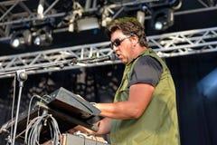 El teclista y el cantante de Los Claveles (banda) se realiza en el festival de la BOLA Imagen de archivo libre de regalías