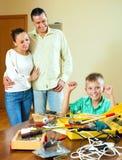 El teenag feliz que hace algo con las herramientas de funcionamiento, padres es wa Fotos de archivo