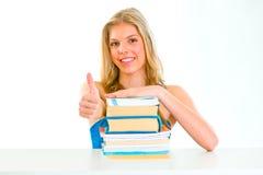 El teengirl sonriente que muestra los pulgares sube gesto Imágenes de archivo libres de regalías