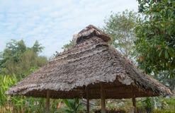 El tejado cubierto con paja con el cielo Fotos de archivo
