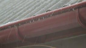 El tejado de la casa está en una ventisca La nieve cae en la pizarra almacen de metraje de vídeo