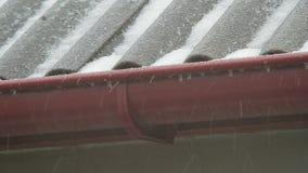 El tejado de la casa está en una ventisca La nieve cae en la pizarra almacen de video