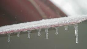 El tejado de la casa está en una ventisca La nieve cae en la pizarra metrajes