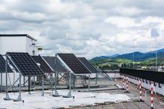 El tejado de la prueba del panel solar se nubla a Sunny Day Clouds Technology I Imagen de archivo libre de regalías