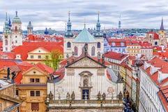 El tejado de Praga vieja St Salvator Church Imágenes de archivo libres de regalías