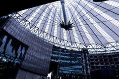 El tejado de Sony Center está situado cerca del ferrocarril de Berlin Potsdamer Platz Fotos de archivo