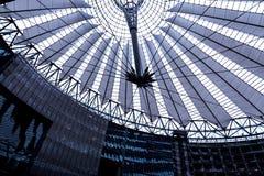 El tejado de Sony Center está situado cerca del ferrocarril de Berlin Potsdamer Platz Foto de archivo libre de regalías