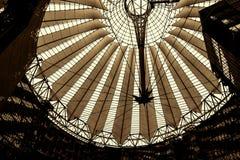 El tejado de Sony Center está situado cerca del ferrocarril de Berlin Potsdamer Platz Foto de archivo