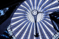 El tejado de Sony Center está situado cerca del ferrocarril de Berlin Potsdamer Platz Fotografía de archivo