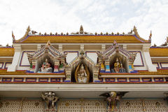 El tejado de Wat Pariwat Temple mostró a reino del cielo con muchos el stat de dios Imagenes de archivo