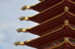 El tejado del templo con las figuras del dragón fotografía de archivo libre de regalías