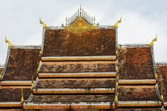 El tejado del templo Wat Siengthon en Luang Prabang, Laos Primer Foto de archivo