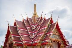 El tejado hermoso del templo está en el cielo con las nubes Fotografía de archivo libre de regalías